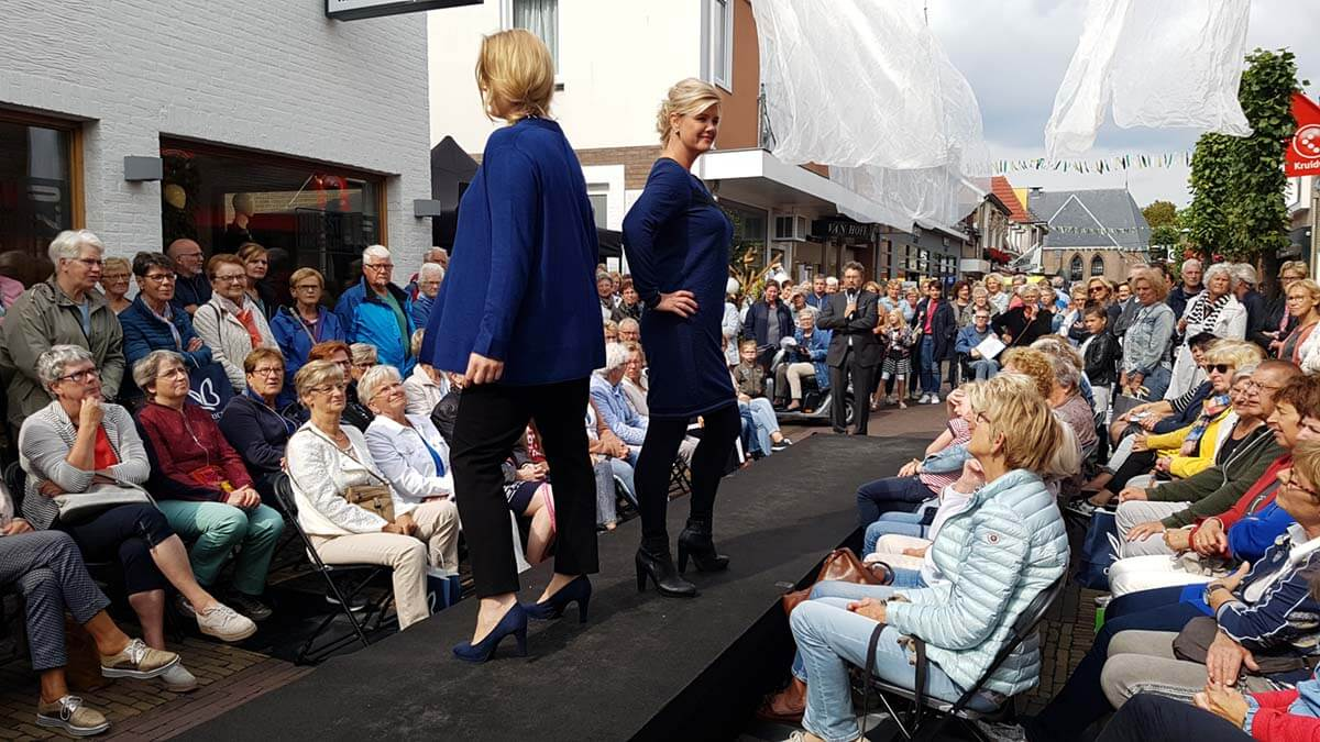 Catwalk in de winkelstraat tijdens de Mode & Trenddag in Putten